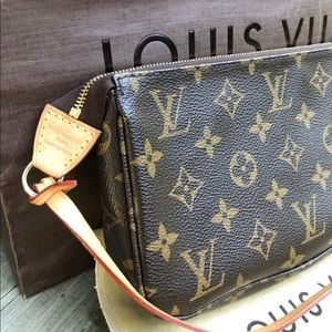 Louis Vuitton Pochette gently used with tags💯%AUT